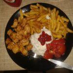 Kurczak z frytkami, pomidorki i sosy
