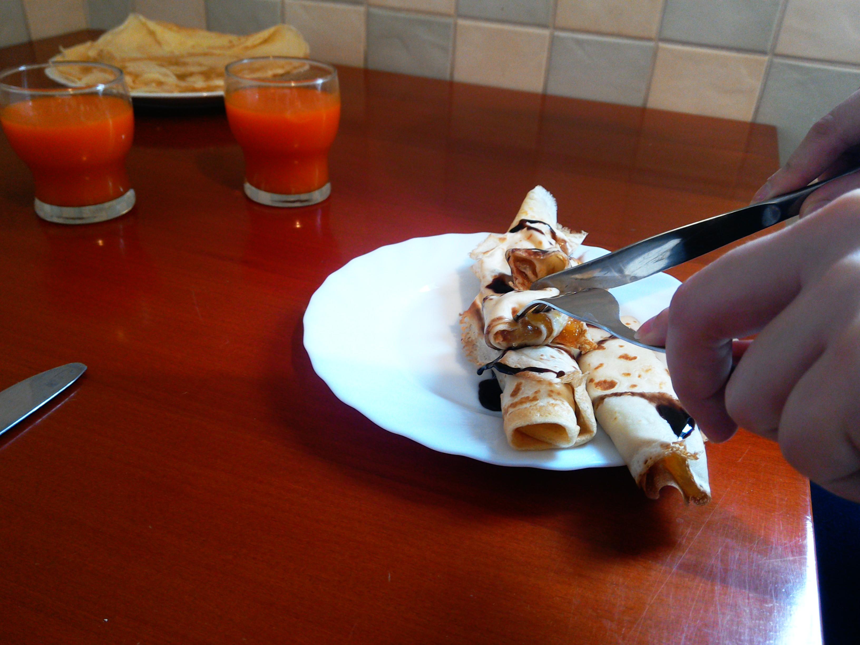 Naleśniki z brzoskwiniami i polewą czekoladową. Przepis na naleśniki od kuchni po sąsiedzku.